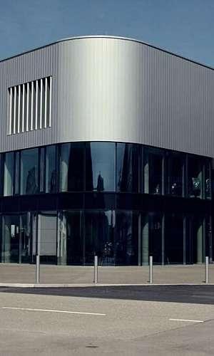 Instalação de fachada de vidro em condomínio